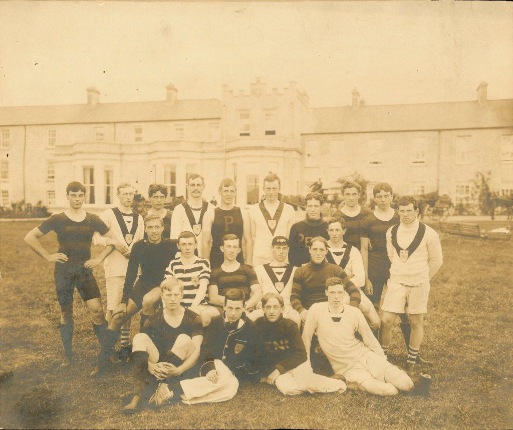 Men's crew team at Killarney, Ireland, after Henley Regatta, 1901