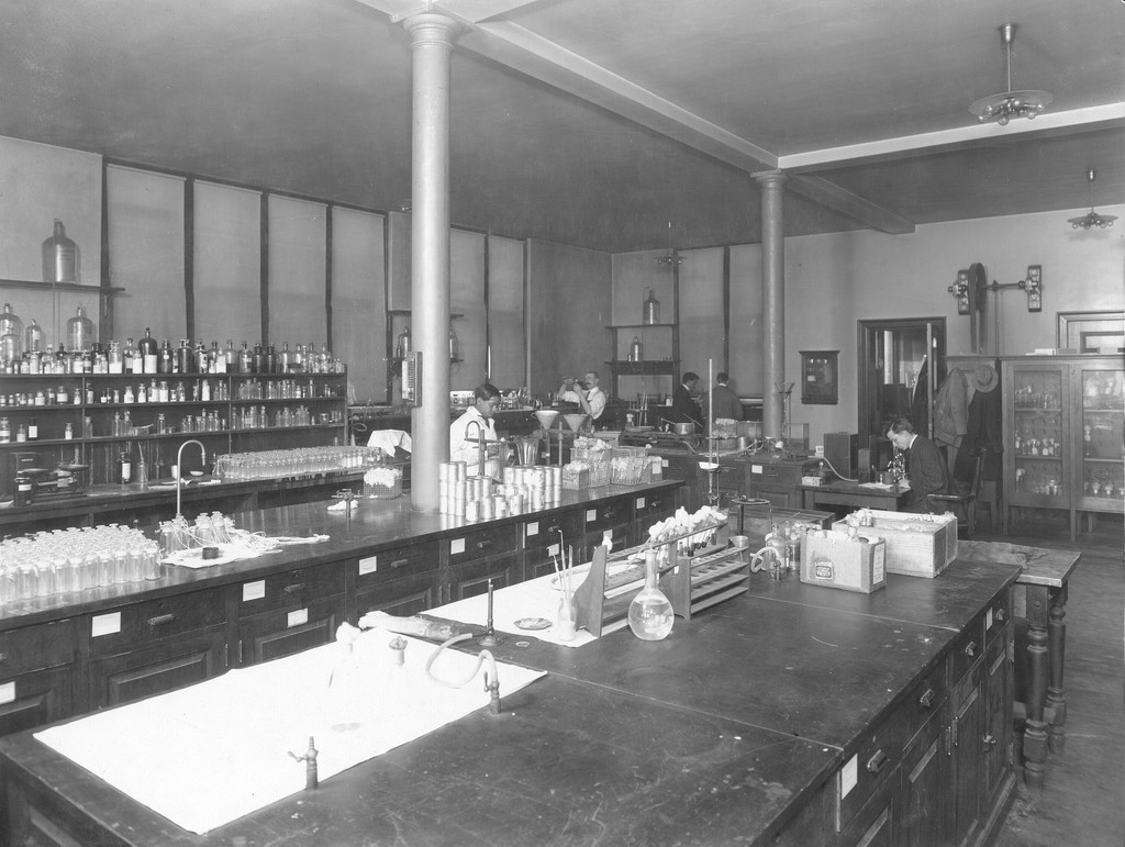 John Morgan Building bacteriology laboratory, 1908